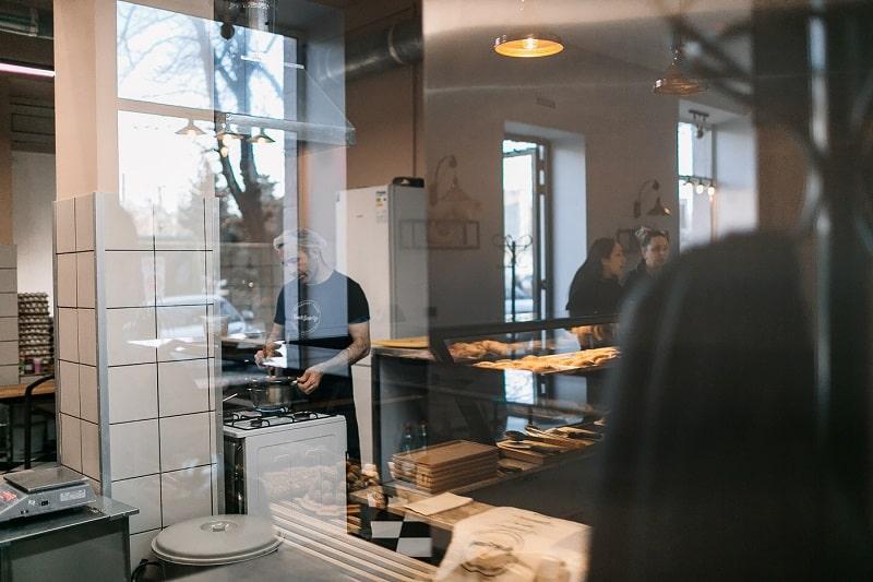 Открытая кухня  в ресторане